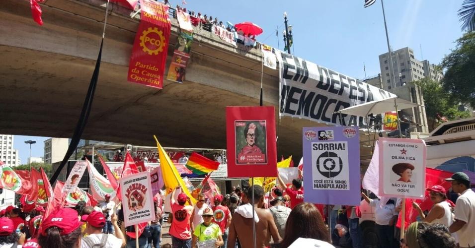 17.abr.2016 - Manifestantes se reúnem contra o impeachment da presidente Dilma Rousseff no Vale do Anhangabaú, em São Paulo
