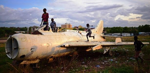 21.abr.2016 - Crianças brincaram na carcaça de um avião de combate em Juba, Sudão do Sul, país que enfrenta uma guerra civil