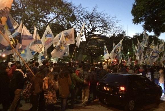 11.mai.2016 - Em Buenos Aires, argentinos saem ás ruas em protesto contra o impeachment da presidente Dilma Rousseff (PT). De acordo com a Agência Brasil, a frente, integrada por partidos e movimentos sociais, fez uma marcha do Obelisco até a embaixada brasileira. O trânsito na avenida Nove de Julho, uma das mais importantes da cidade, foi interrompido