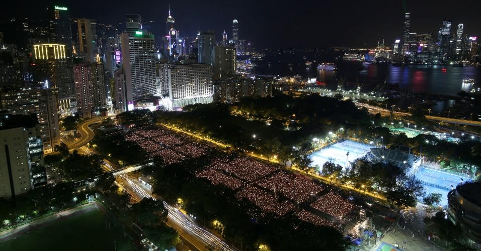 4.jun.2016 - Em Hong Kong, no Victoria Park, dezenas de milhares de pessoas participam de uma vigília com velas para marcar os 27 anos da repressão ao movimento pró-democracia na praça Tiananmen Square. Em 1989, uma repressão sangrenta chinesa contra manifestantes ficou marcada na história política do país