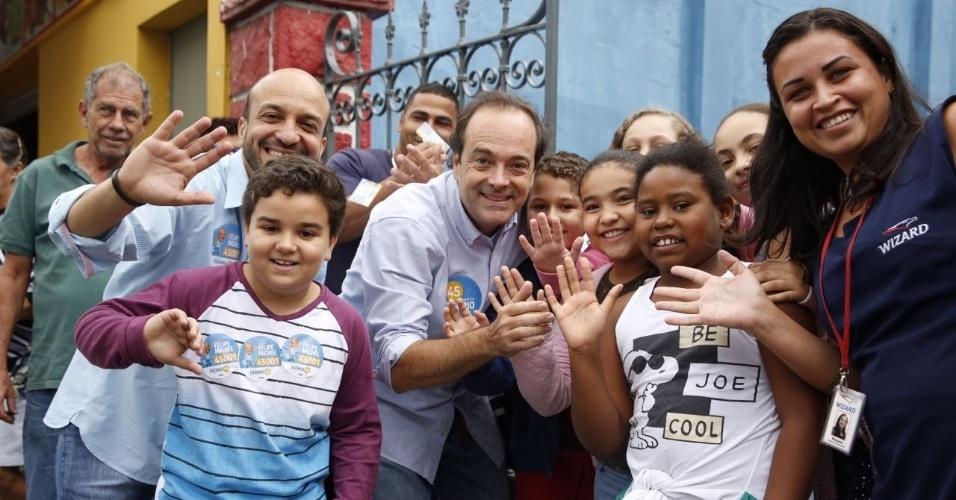 1.out.2016 - Durante o dia, Carlos Osorio (PSDB), candidato a prefeito do Rio de Janeiro, visitou as comunidades da Rocinha, Cidade de Deus, entre outras