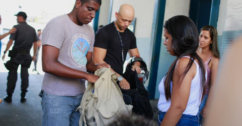 10.fev.2017 - Familiares revistam mochilas de policiais e barram a saída deles do 6º Batalhão, na Tijuca, zona norte do Rio de Janeiro