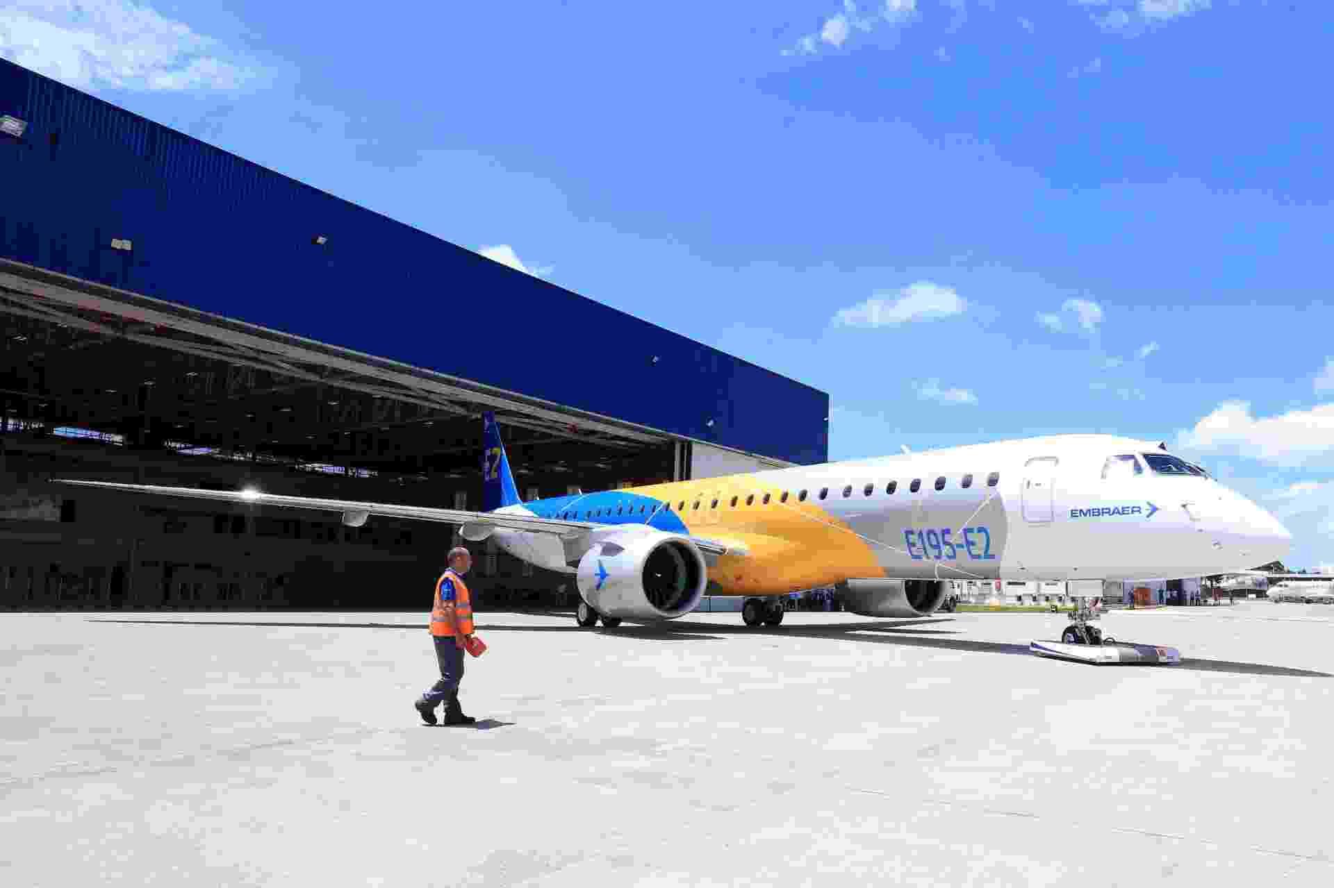 Embraer apresenta novo jato comercial E195-EL - Ricardo Matsukawa / UOL