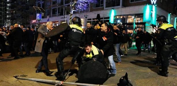 Polícia holandesa confronta manifestantes perto do consulado turco em Roterdã, após a ministra da Família Turca ser impedida pela polícia de entrar no consulado turco e escoltada para fora do país