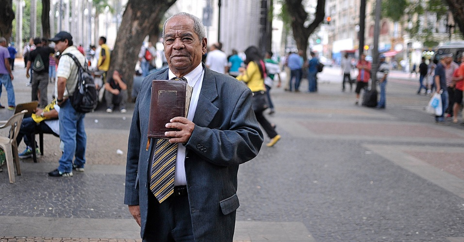 5.abr.2017 - O pastor Arnaldo de Albuquerque Melo, 75, na praça da Sé, no Centro de São Paulo
