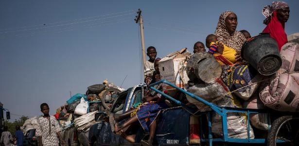 Comboio aguarda para entrar em acampamento de refugiados, em Maiduguri, na Nigéria