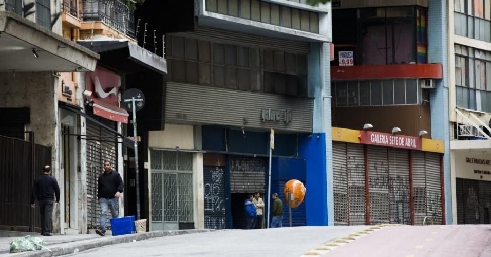 28.abr.2017 - Muitas lojas na região central de São Paulo não abriram as portas nesta sexta-feira devido à Greve Geral, que afetou o transporte público na capital e região metropolitana