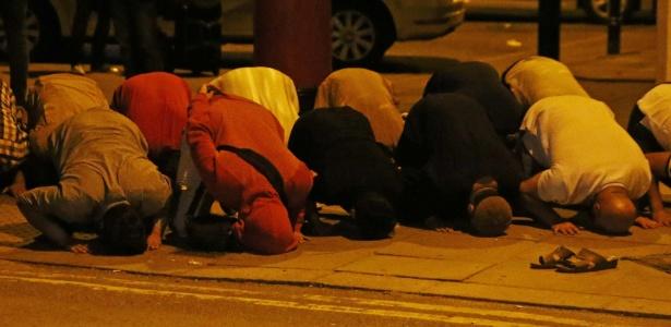 Pessoas se reúnem para rezar após atropelamento em Finsbury Park, no norte de Londres