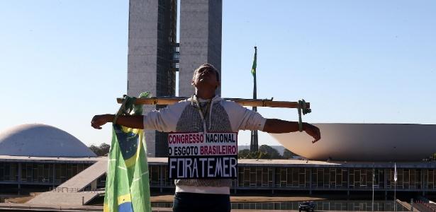 André Rhouglas, 56, morador de Ponte Nova (MG), é o único manifestante na Esplanada