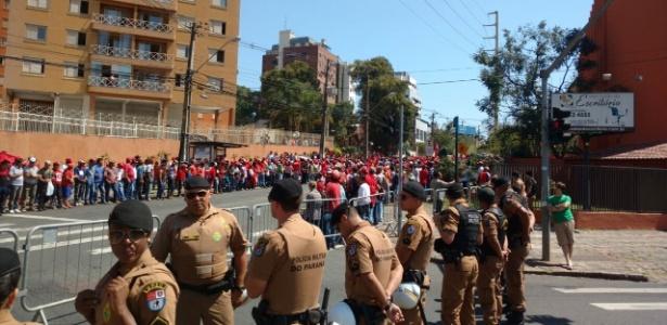 manifestantes e policiais aguardam chegada de lula para depoimento a juiz sergio moro 1505319038025 615x300 - VEJA VÍDEO: Chegada de Lula em Curitiba para segundo encontro com Moro