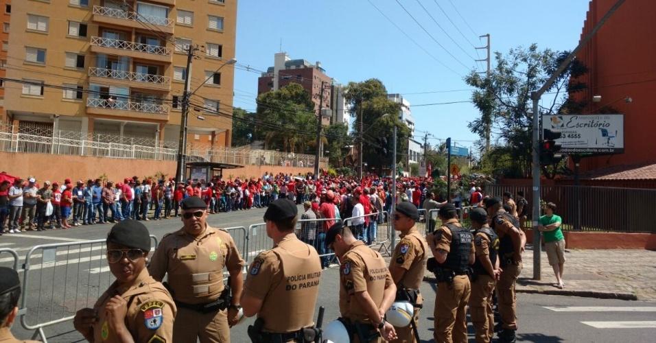 Manifestantes e policiais aguardam chegada de Lula para depoimento a juiz Sergio Moro