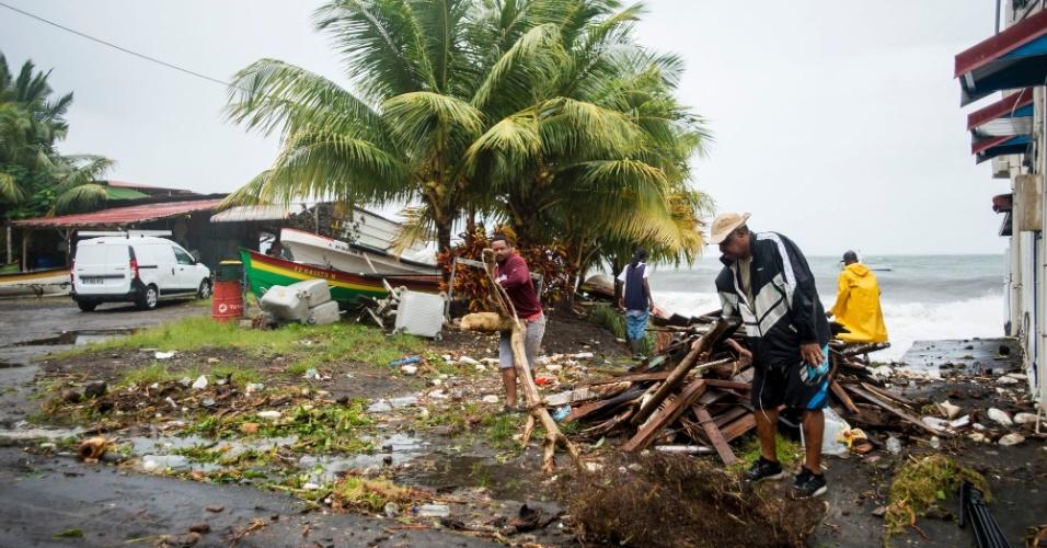 19.set.2017 - Homens limpam as ruas de Saint-Pierre após a passagem do furacão Maria