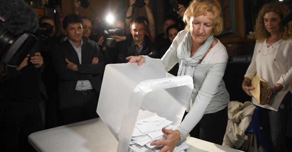1º.out.2017 - Mulher esvazia urna para contar votos em referendo sobre a independência da Catalunha