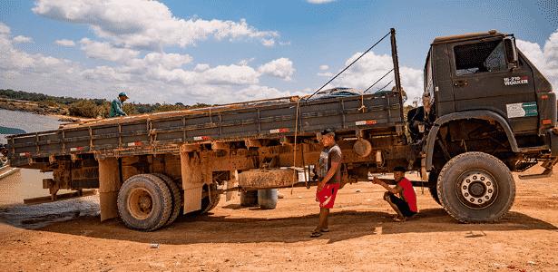 Índios araras no porto de Maribel; tribo alerta para extração de madeira e desmatamento - Iuri Barcelos/Agência Pública