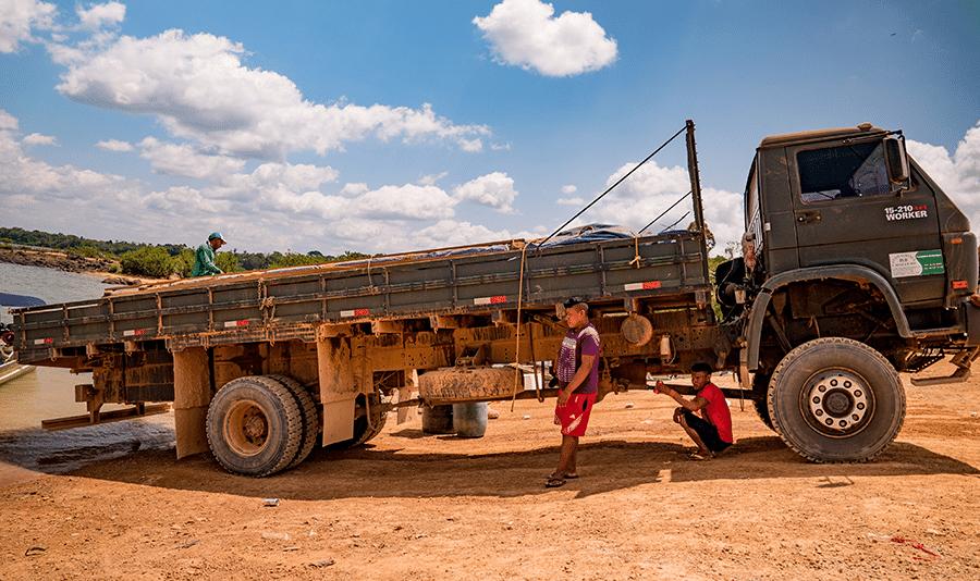 Índios Arara no porto de Maribel, localizado no território indígena Cachoeira Seca; tribo alerta para extração ilegal de madeira e desmatamento