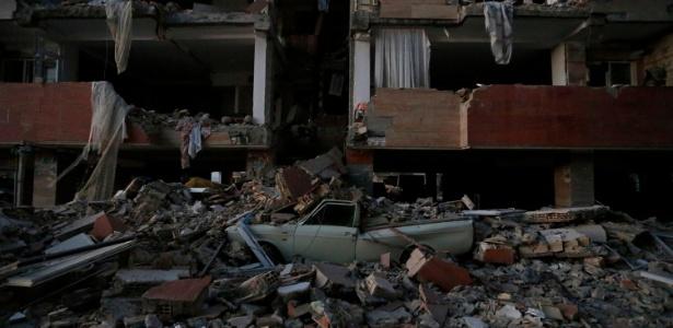 Carro é atingido por destroços após terremoto na província de Hermanshah, no Irã