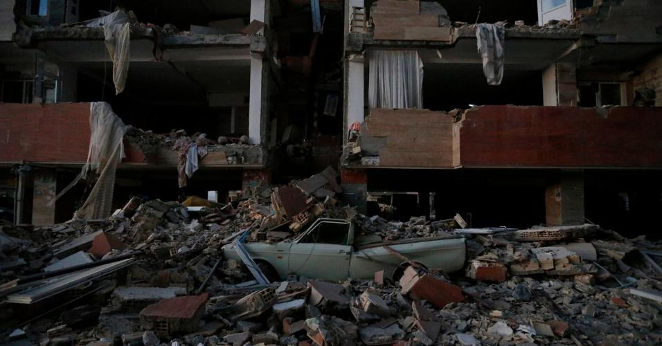 13.nov.2017 - Carro é atingido por destroços após terremoto na província de Hermanshah, no Irã