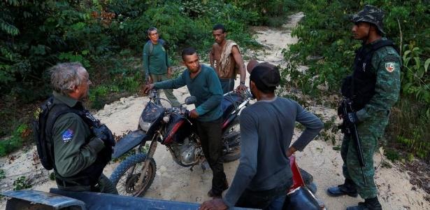 Agentes do Ibama durante operação no Amazonas, em agosto de 2017