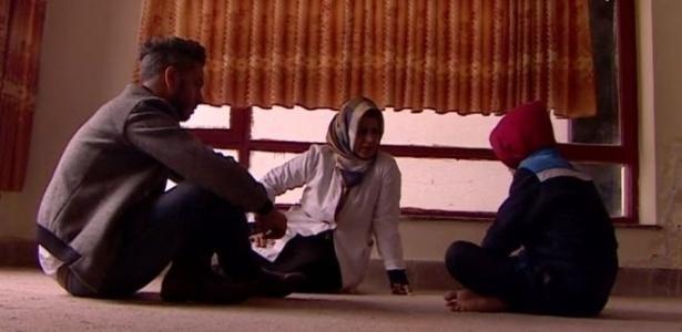 'Tive uma dor de dente e a minha tia me mandou fumar', conta menino afegão (à dir) de nove anos à BBC
