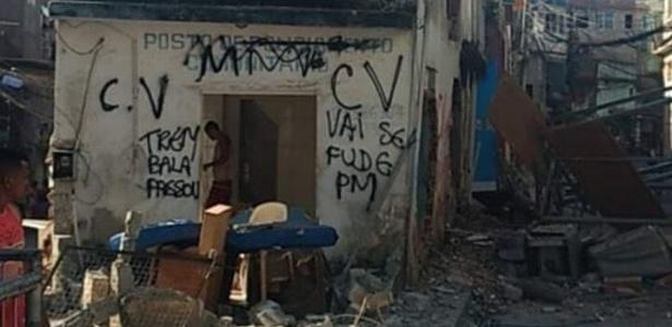 O cenário onde ficava o posto da PM na Ilha do Governador é de total destruição - Reprodução/Redes Sociais