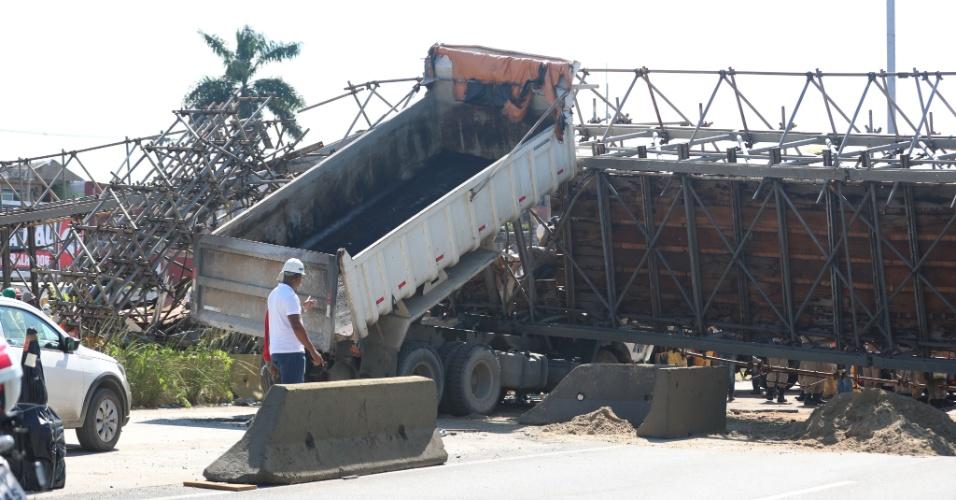 24.jan.2018 -  Passarela cai na Avenida Brasil, na altura da entrada para a Rodovia Washington Luís, Cidade Alta, zona norte do Rio de Janeiro (RJ)