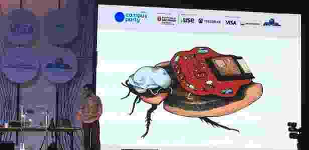 Gage mostra o RoboRoach ao público da Campus Party - Reprodução