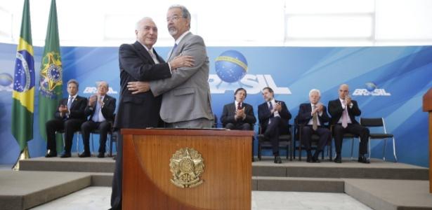 O presidente da República, Michel Temer (MDB), cumprimenta o ministro Extraordinário da Segurança Nacional, Raul Jungmann, no Palácio do Planalto, em Brasília