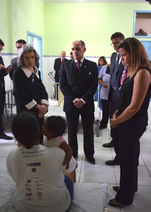 05.mar.2018 - Cármen Lúcia ouviu detenta no Complexo de Bangu, zona oeste do Rio - Divulgação/Seap