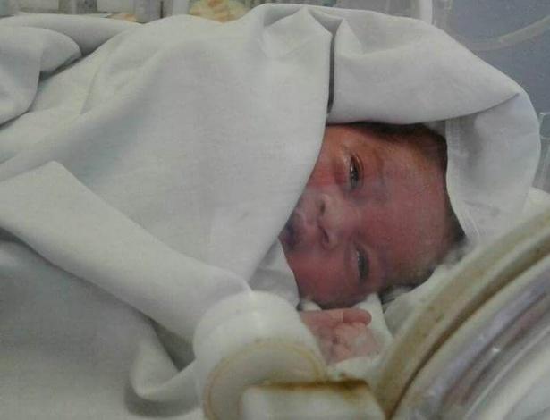 Cornie Viljoen postou uma foto da recém-nascida se recuperando no hospital