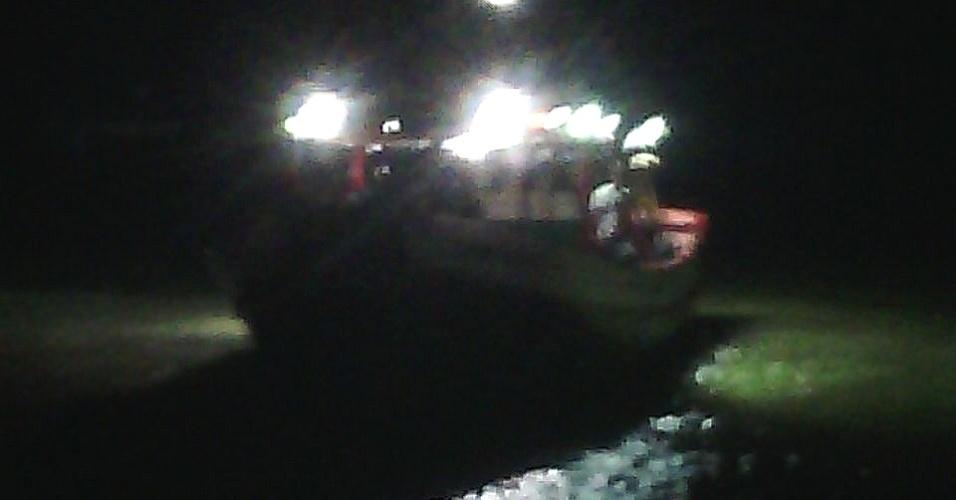 20.mai.2018 - Barco com imigrantes que ficou à deriva na costa brasileira é rebocado para o cais de São José Ribamar (MA)