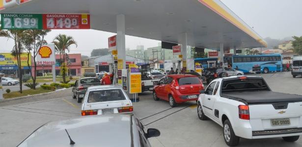 23.mai.2018 - Motoristas tentam abastecer em posto de gasolina em São José dos Campos (SP) - Nilton Cardim/Agência Estado