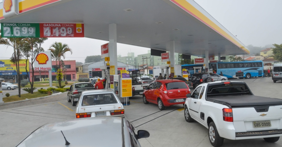 23.mai.2018 - Com greve dos caminhoneiros, motoristas temem ficar sem combustível e lotam posto em São José dos Campos (SP)