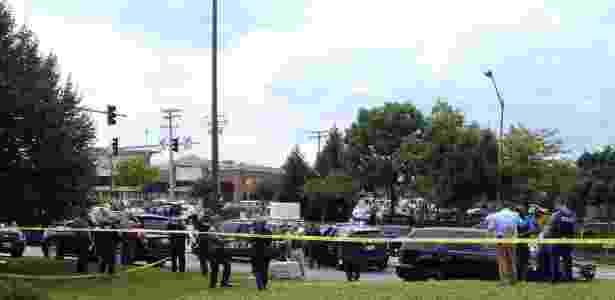 28.jun.2018 - Policiais atendem a chamado de atirador que atacou a redação de um jornal em Annapolis, nos Estados Unidos - Greg Savoy/Reuters - Greg Savoy/Reuters