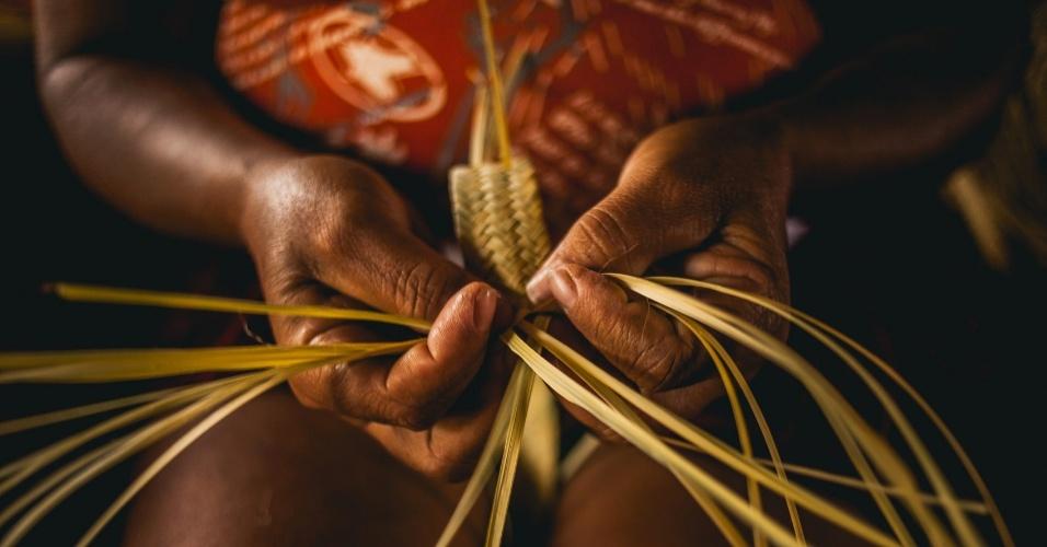 Moradora da comunidade de Fundo de Fecho de Pasto, no oeste da Bahia, faz artesanato com o capim dourado