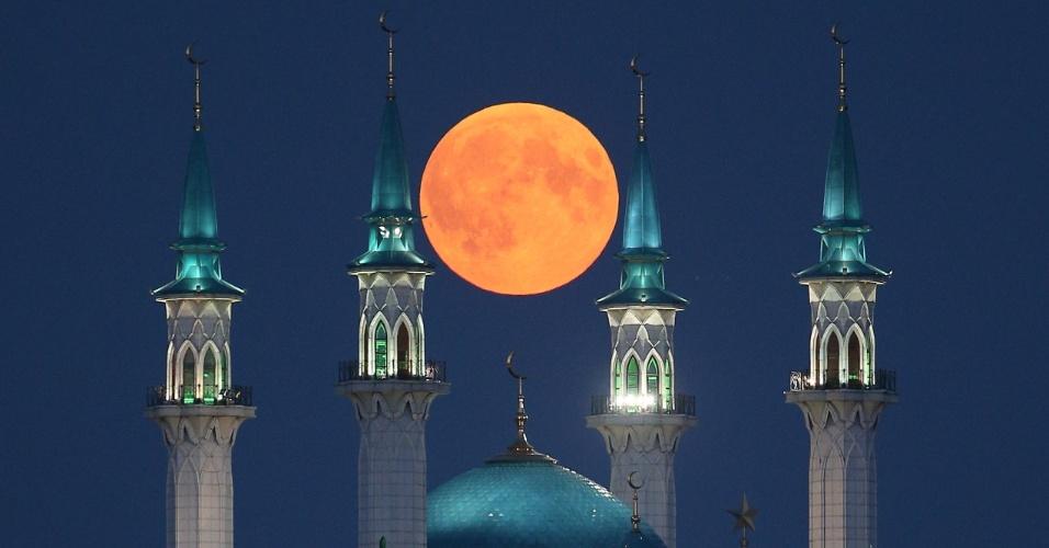 27.jul.18 - Lua de sangue vista sobre a mesquita em Kazan, na Rússia