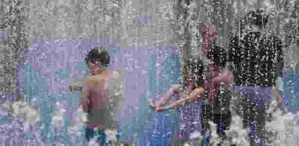 27.jul.2018 - Crianças brincam em fonte na área de South Bank, em Londres, nesta sexta-feira - Peter Nicholls/Reuters - Peter Nicholls/Reuters