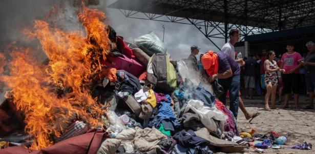18.ago.2018 - Roupas e objetos de venezuelanos são queimados em Pacaraima, em Roraima, na fronteira com a Venezuela - Avener Prado/Folhapress
