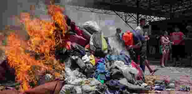 18.ago.2018 - Roupas e objetos de venezuelanos são queimados em Pacaraima, em Roraima, na fronteira com a Venezuela - Avener Prado/Folhapress - Avener Prado/Folhapress