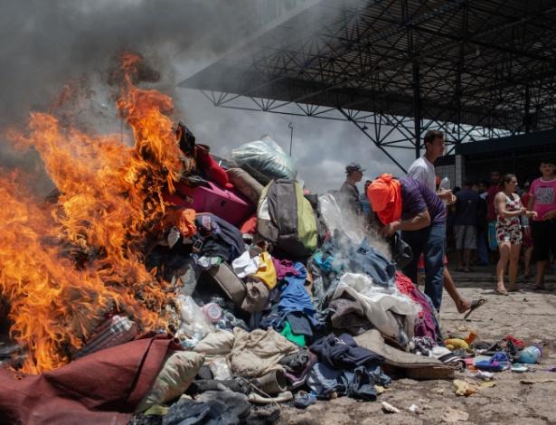 18.ago.18 - Roupas e objetos de venezuelanos são queimados em Pacaraima, Roraima  - Avener Prado/Folhapress