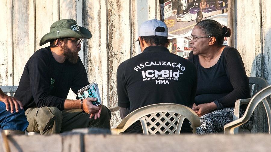 Analista ambiental do ICMBio conversa com Raimunda Oliveira Nunes, a proprietária do garimpo - Lilo Clareto - 21.ago.2018/Repórter Brasil