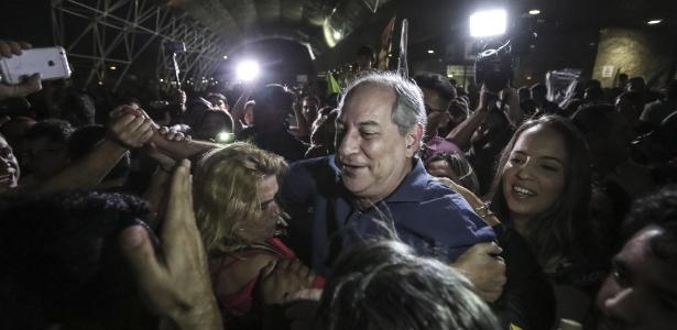 26.out.2018 - Multidão cerca Ciro Gomes (PDT) na chegada do candidato à Presidência da República ao aeroporto de Fortaleza