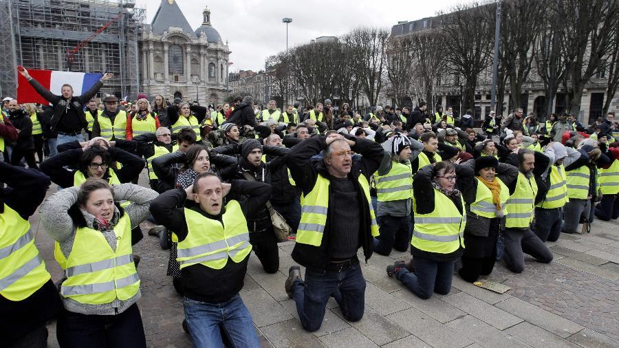 """Manifestantes conhecidos como """"coletes amarelos"""" promoveram protestos por toda a França  - FRANCOIS LO PRESTI / AFP"""
