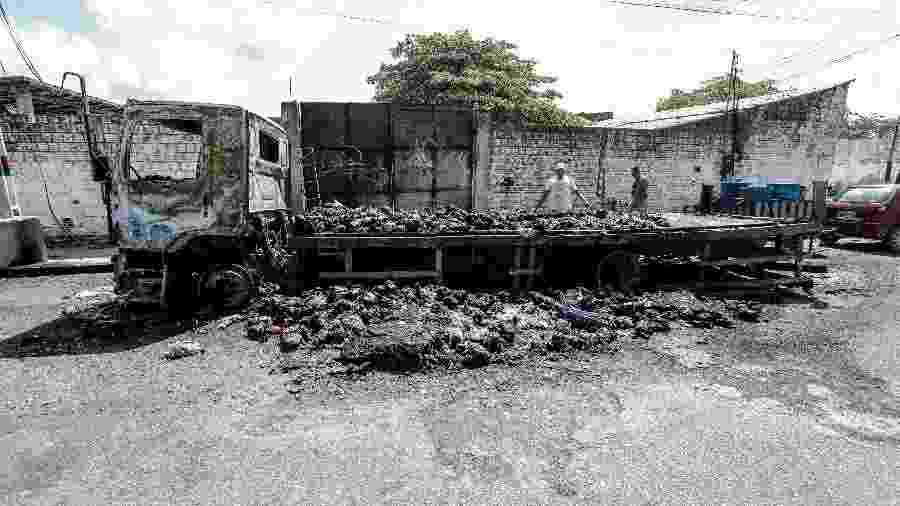 5.jan.2019 - Caminhão que transportava mais de 2 mil frangos foi incendiado em Caucaia, região metropolitana de Fortaleza - JARBAS OLIVEIRA/ESTADÃO CONTEÚDO