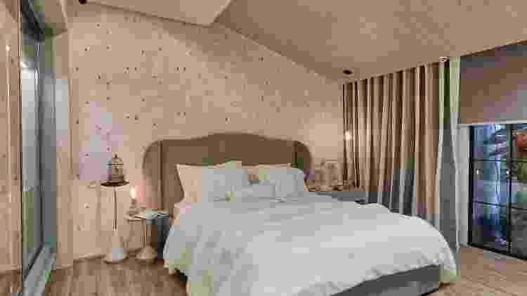O quarto da terceira idade projetado pela arquiteta Flávia Ranieri tem luzes balizadoras para ajudar na mobilidade, cortina automatizada e câmeras vigilantes - Rafael Renzo/Divulgação