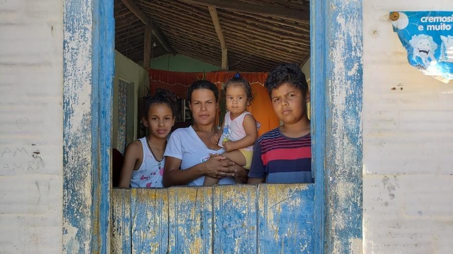 Beneficiária do Bolsa Família e desempregada, Elaine Maria recebe R$ 212 para sustentar a casa e os três filhos - Carlos Madeiro/UOL