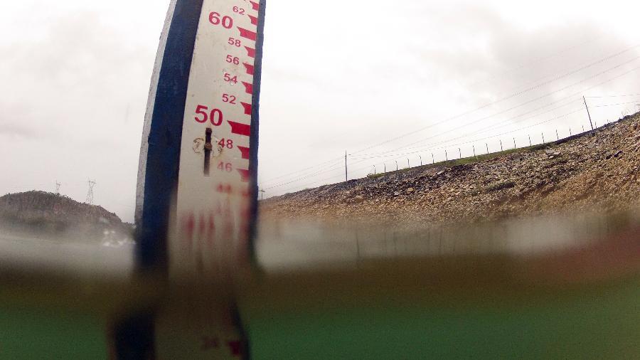 """Marcador de nível d""""água em barragem da usina hidrelétrica de Furnas, em São José da Barra (MG) - Por Luciano Costa"""