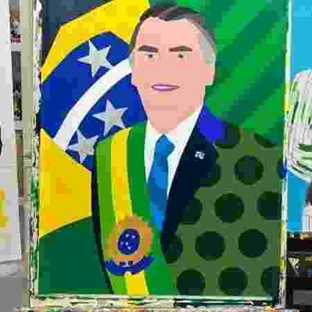 O senador Flávio Bolsonaro compartilhou retrato do pai, o presidente Jair Bolsonaro, que está no ateliê de Romero Britto em Miami - Reprodução/Instagram/Flávio Bolsonaro