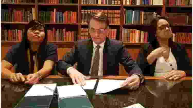 Ysani junto com Bolsonaro e intérprete de libras - Reprodução - Reprodução