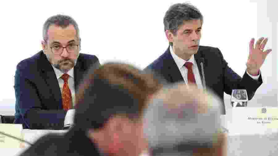 Abraham Weintraub (à esq.) e Nelson Teich, ministros da Educação e da Saúde, respectivamente, durante reunião ministerial com Jair Bolsonaro - Marcos Corrêa/PR