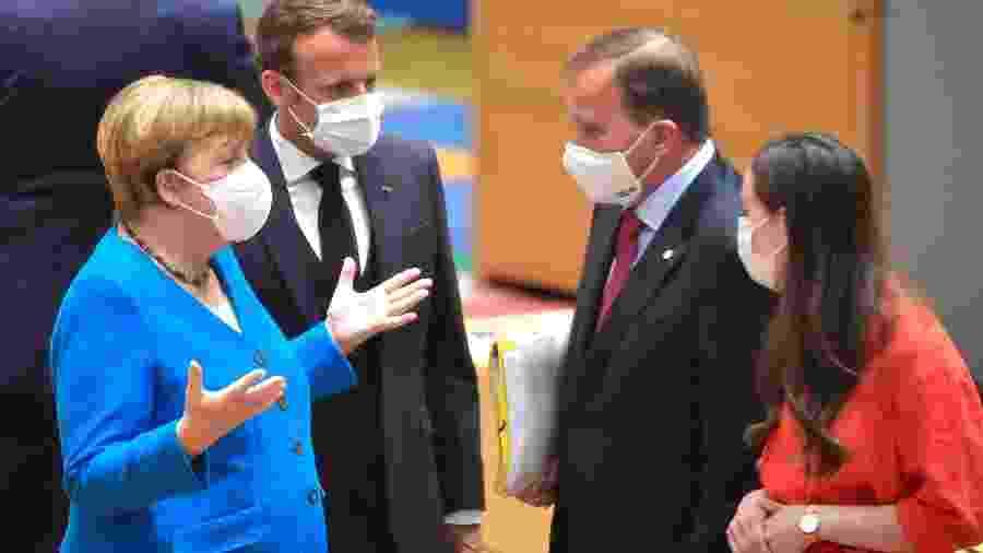 18.jul.2020 - A chanceler alemã Angela Merkel (esq.) gesticula em conversa com o presidente da França, Emanuel Macron (centro-esquerda) e os premiês sueco, Stefan Lofven, e finlandês, Sanna Marin (ambos à direita) - John Thys/AFP